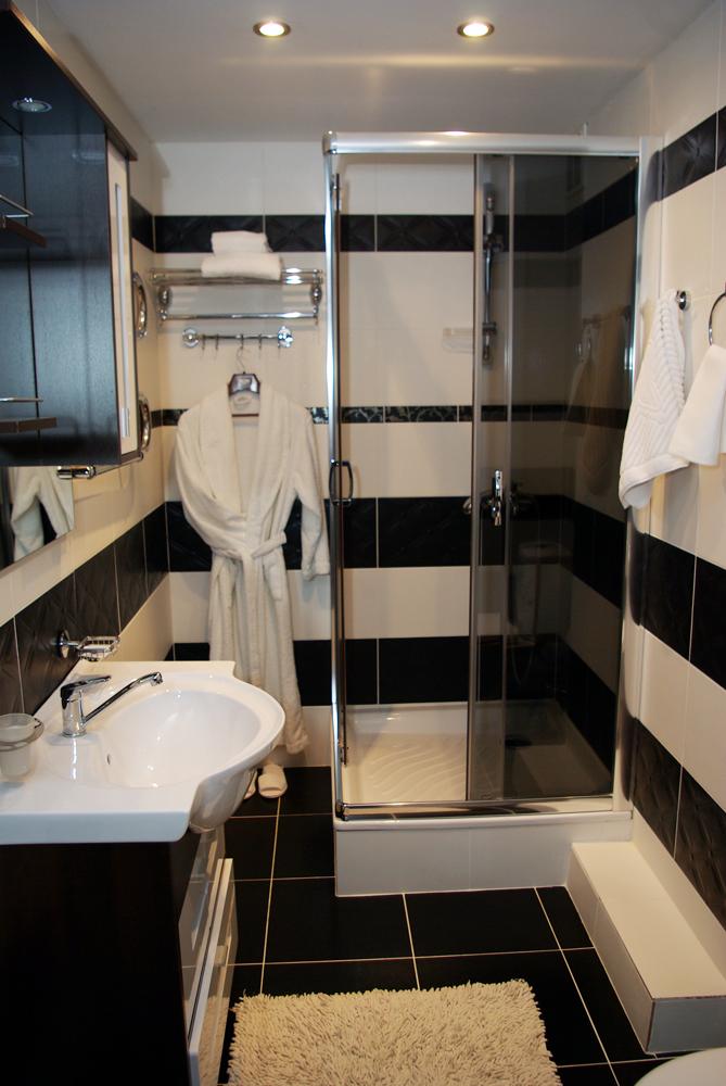 Ванная комната с душевой кабиной в апартаментах отеля Молодечно.